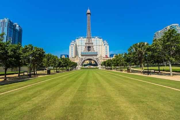 Belo marco da torre eiffel do hotel parisiense e resort na cidade de macau