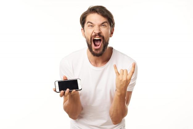 Belo modelo masculino com barba com um telefone posando