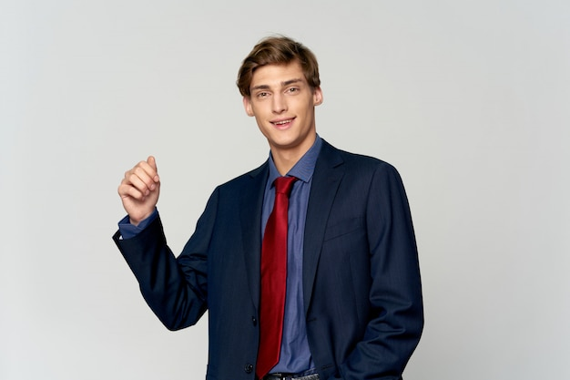 Belo modelo masculino jovem em um elegante terno posando