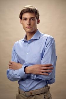 Belo modelo masculino jovem em um elegante terno