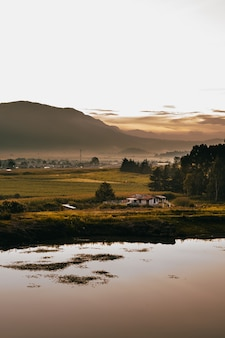 Belo nascer do sol com um lago de casa.