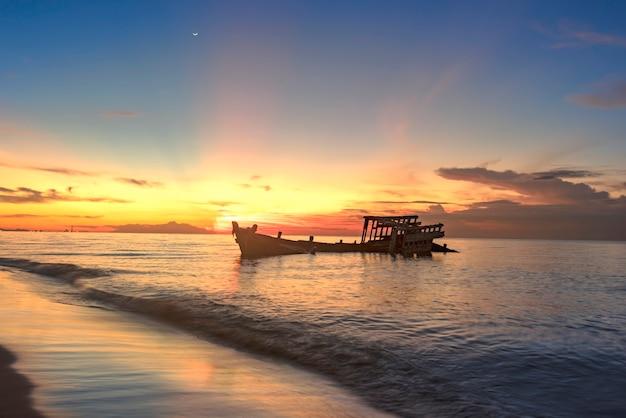 Belo nascer do sol e navio naufragado