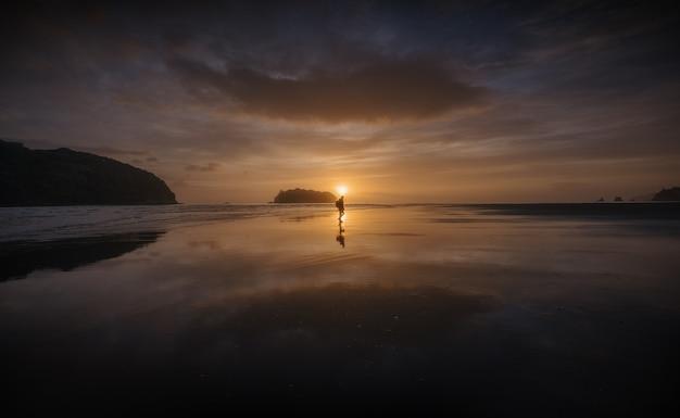Belo nascer do sol em uma praia da nova zelândia