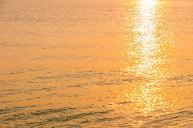 Belo nascer do sol na praia e mar