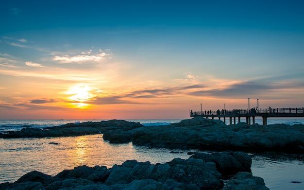 Belo nascer do sol na praia homigot, pohang, coréia do sul,