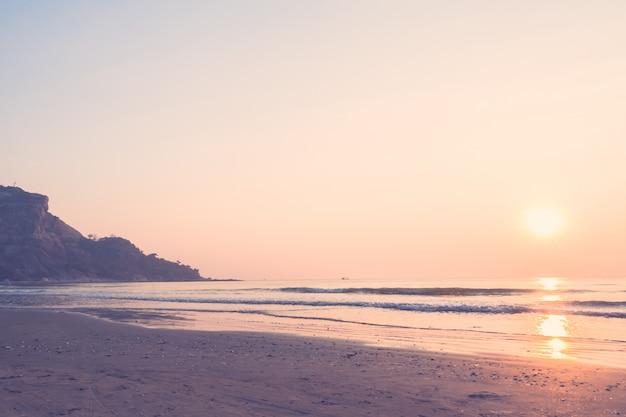Belo nascer do sol na praia