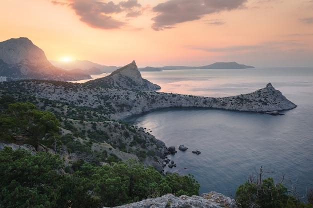 Belo nascer do sol nas montanhas à beira-mar