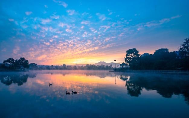 Belo nascer do sol no lago