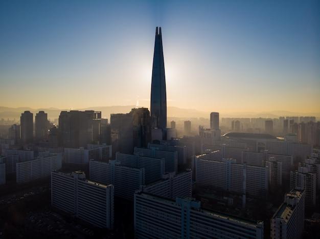 Belo nascer do sol por trás da lotte tower em seul