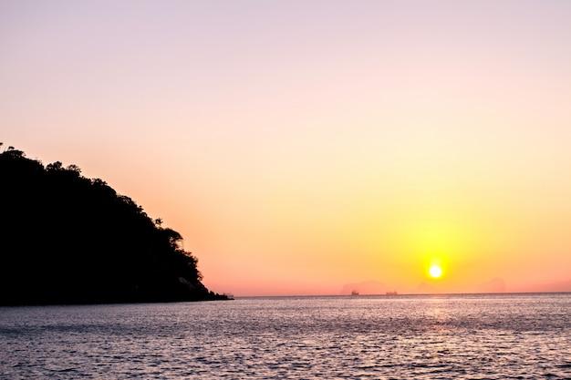Belo nascer do sol sobre a praia tropical, mar de andaman, koh lanta, krabi, tailândia