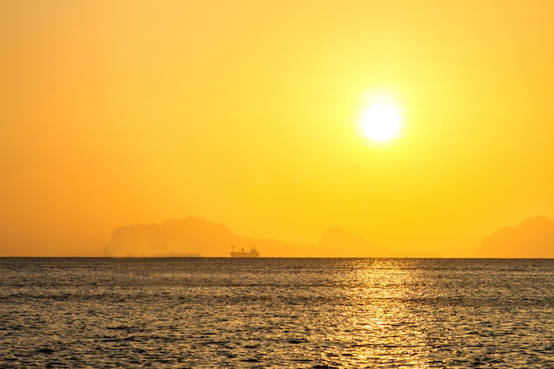 Belo nascer do sol sobre a praia tropical