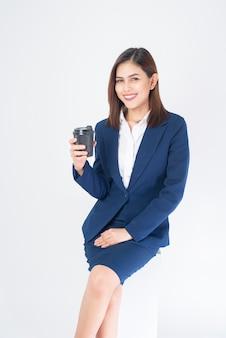Belo negócio mulher de terno azul é beber café