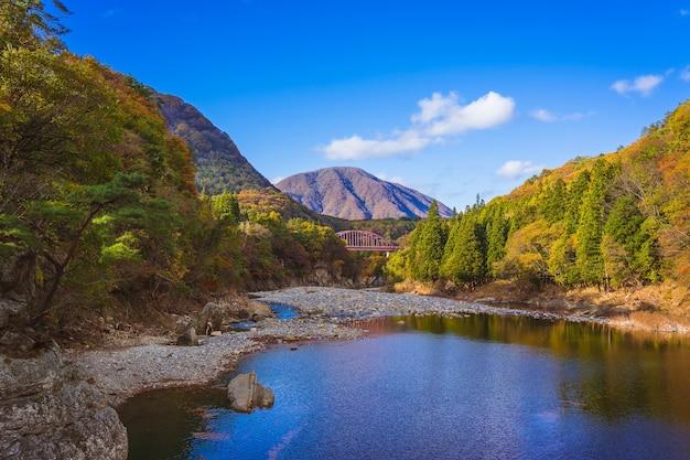 Belo outono em tonohetsuri, aizuwakamatsu, japão
