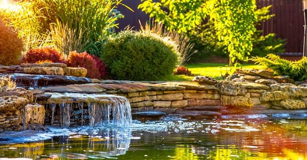 Belo paisagismo com lindas plantas e flores