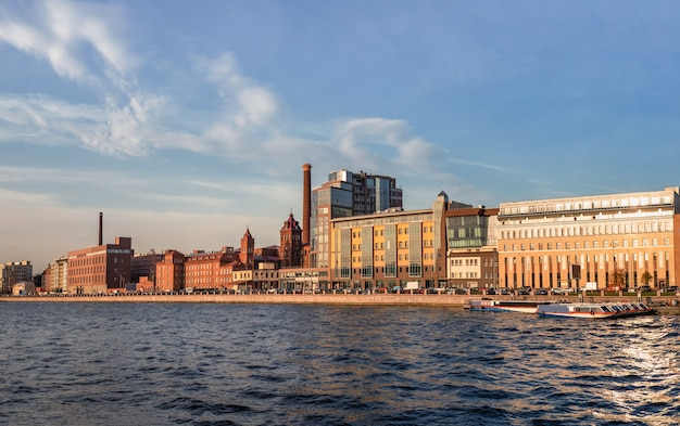 Belo panorama de outono da moderna são petersburgo. novo aterro de vyborgskaya distrito residencial moderno em são petersburgo. rússia.