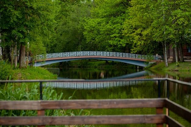 Belo parque com um lago e uma ponte sobre o lago reflexão sobre a água