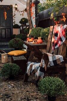 Belo pátio de outono perto da casa com uma varanda