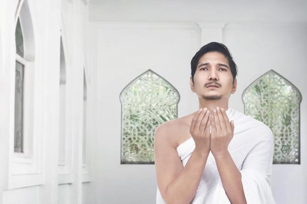 Belo peregrino asiático orando a deus