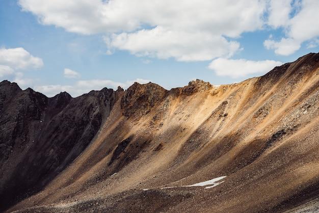 Belo pináculo de rocha dourada à luz do sol