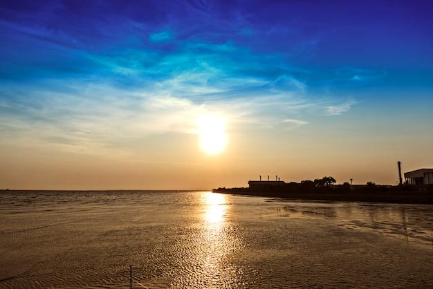 Belo pôr do sol acima do mar