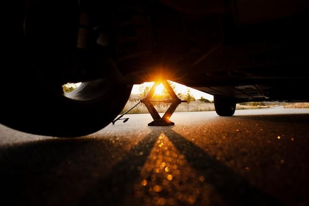 Belo pôr do sol através de um carro levantado
