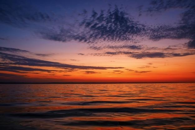 Belo pôr do sol colorido na costa do mar.