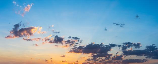 Belo pôr do sol com céu azul e nuvens naturais.