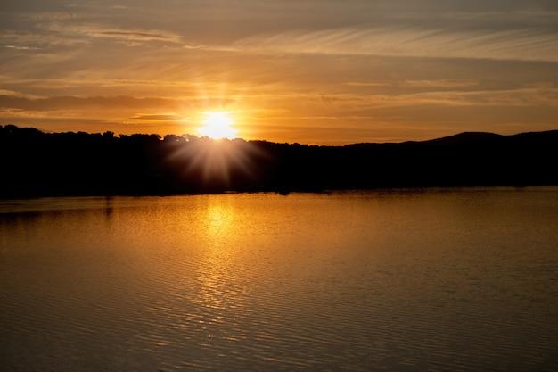 Belo pôr do sol com cores douradas
