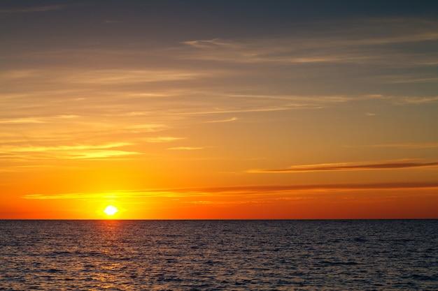 Belo pôr do sol com nuvens sobre o mar