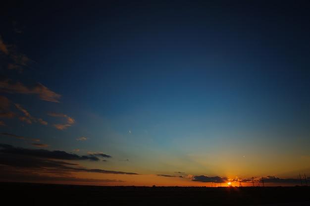 Belo pôr do sol com nuvens