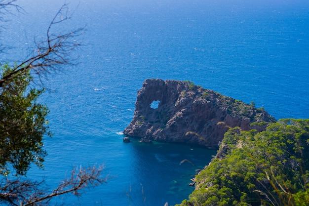 Belo pôr do sol com o mar azul em sa foradada. palma de maiorca, espanha