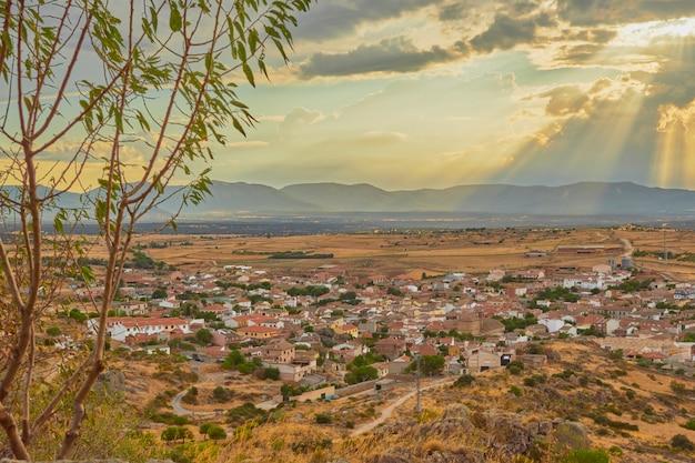 Belo pôr do sol com vista de uma aldeia