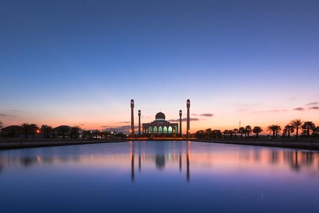 Belo pôr do sol da mesquita central songkhla, tailândia