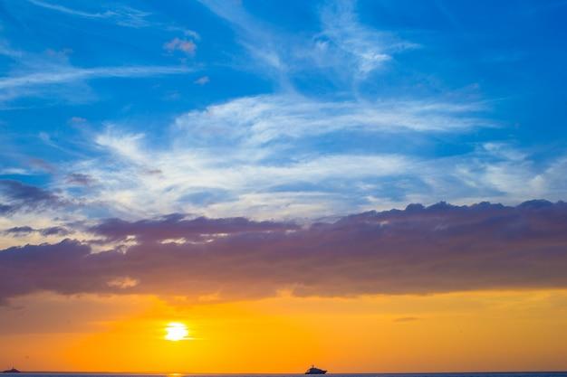 Belo pôr do sol deslumbrante em uma praia do caribe exótica
