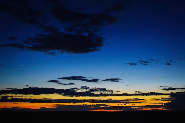 Belo pôr do sol dramático sobre o campo