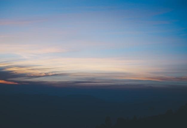 Belo pôr do sol e céu, luz do amanhecer e fundo de vista para a montanha shiluette.
