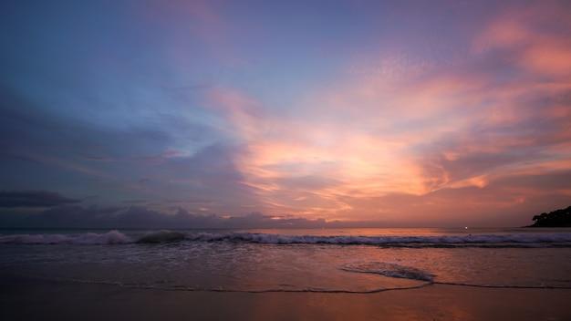 Belo pôr do sol e o céu crepuscular na praia