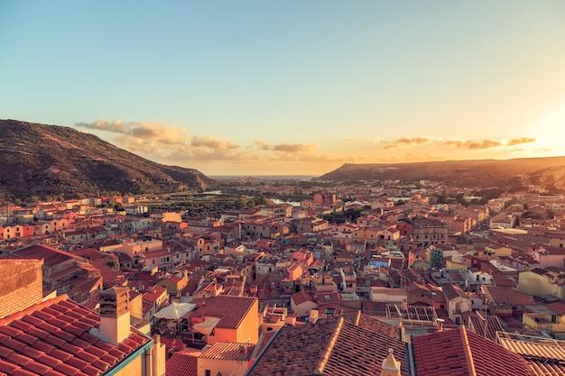 Belo pôr do sol em bosa, sardenha, itália.