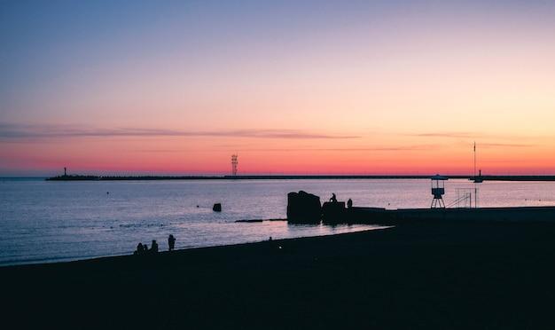 Belo pôr do sol em uma cidade costeira