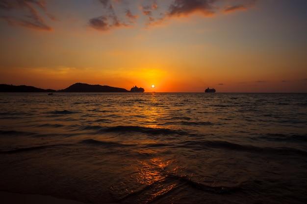 Belo pôr do sol em uma praia tropical