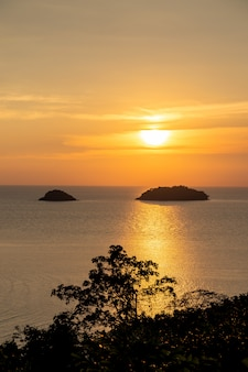 Belo pôr do sol mar vista ilha seascape na província de trad oriental da tailândia