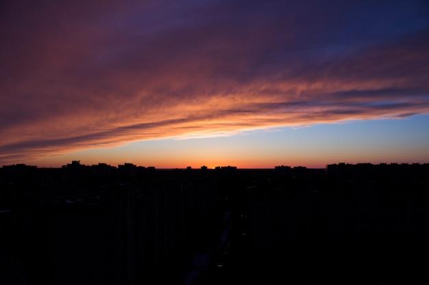 Belo pôr do sol na cidade de baunilha