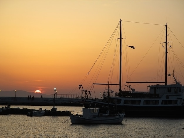 Belo pôr do sol na cidade do porto velho de mykonos, mykonos ilha da grécia