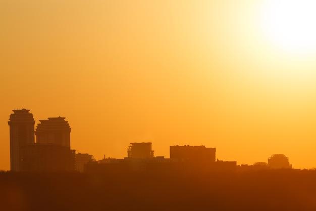 Belo pôr do sol na cidade