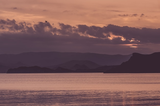 Belo pôr do sol na costa do mar. ideia e conceito de harmonia