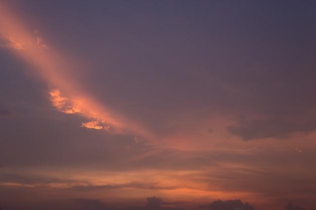 Belo pôr do sol na manhã de domingo