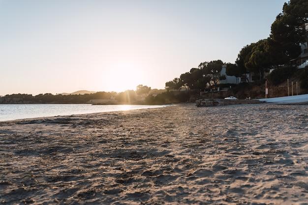 Belo pôr do sol na praia de punta portals, portals nous. palma de maiorca, espanha