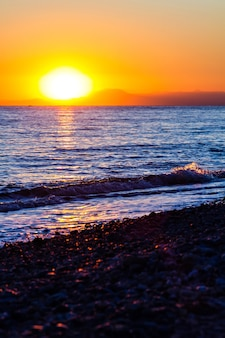 Belo pôr do sol na praia do mar mediterrâneo na turquia