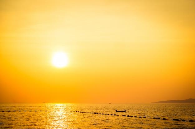 Belo pôr do sol na praia e mar