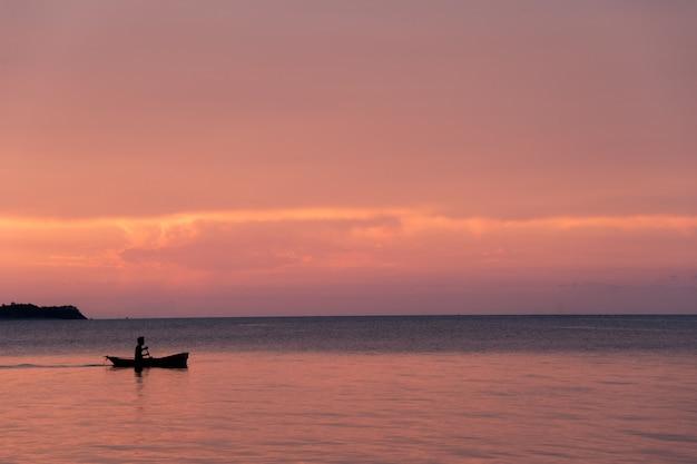 Belo pôr do sol na praia e silhueta barco, ilha de samui tailândia